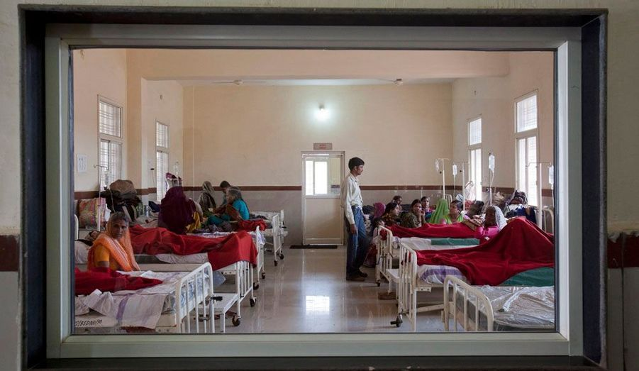 Selon l'Organisation mondiale de la santé (OMS), environ 1 000 femmes meurent en accouchant ou des suites de complications liées à la grossesse. Il y a donc urgence et nécessité de communiquer sur ce sujet. En Inde, de nombreux femmes donnent naissance dans les champs ou sur des sols en terre battue, dans des conditions d'hygiène déplorables.