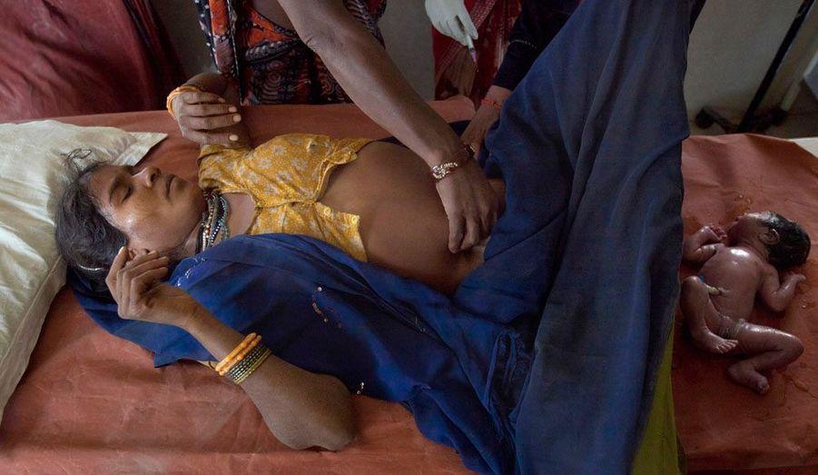 Une jeune Indienne donne la vie dans un centre de santé communautaire dans l'Etat central indien de Madhya Pradesh, 24 février 2012. Dans les régions rurales du Madhya Pradesh, un service d'ambulance de maternité appelé «Janani Express» permet aux femmes de donner naissance dans des cliniques où des soins sont apportés aux futures mères et aux nouveaux-nées.