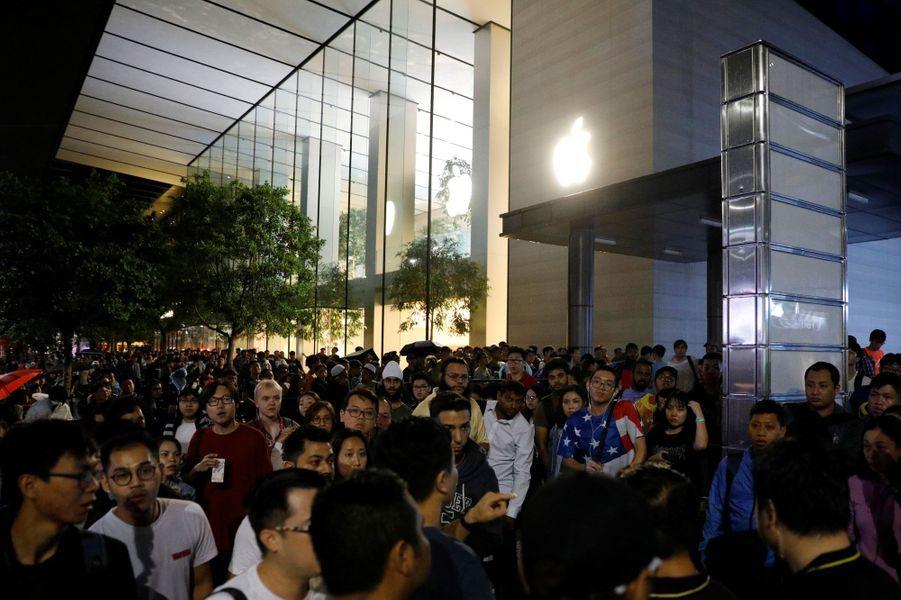 La foule patiente à Singapour avant l'ouverture de l'Apple Store pour le lancement de l'iPhone X, vendredi.