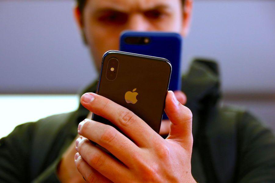 A Sydney, en Australie, un client photographie un iPhone X avec un iPhone 7, sorti l'an dernier.