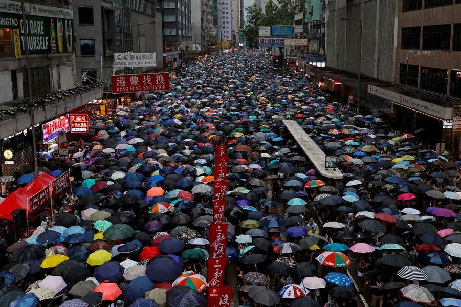 Les manifestants à Hong Kong, dimanche