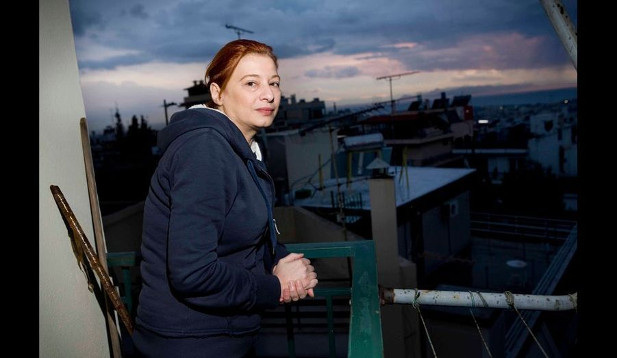 VASSO, 44 ans, journaliste au chômage technique. En 8 mois, elle a touché 2000 euros de salaire. Il lui reste deux mois d'économie. Ensuite, elle devra quitter son appartement et retourner vivre chez ses parents âgés de 71 et 81 ans. « Avant j'offrais la charité, à présent je la réclame. J'en ai besoin pour vivre. Evidemment j'ai honte. »