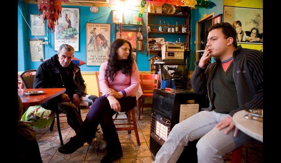 Propriétaires de cette taverne, Tzenny, 56 ans, Dimitris, 65 ans, au chômage, et leur fils Théodore, 23 ans, électricien, sans emploi lui aussi. Tzenny regrette la belle époque, lorsque l'endroit était noir de monde. Aujourd'hui, il n'y a plus personne : « Avant, on vivait bien. Mais notre clientèle n'a plus d'argent... »