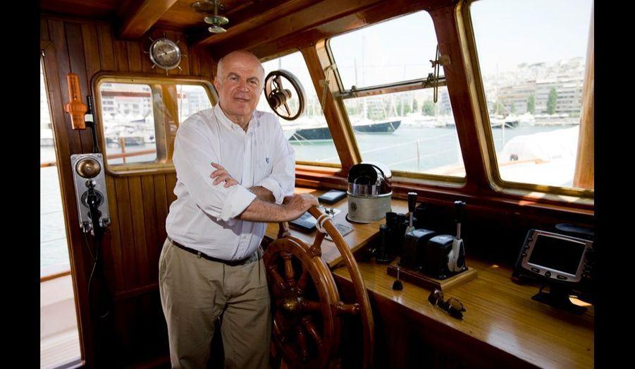 Ce milliardaire, à bord d'«Aphrodite», son yacht de 25 mètres, a licencié un millier de personnes dans la chaîne de grands magasins familiale.