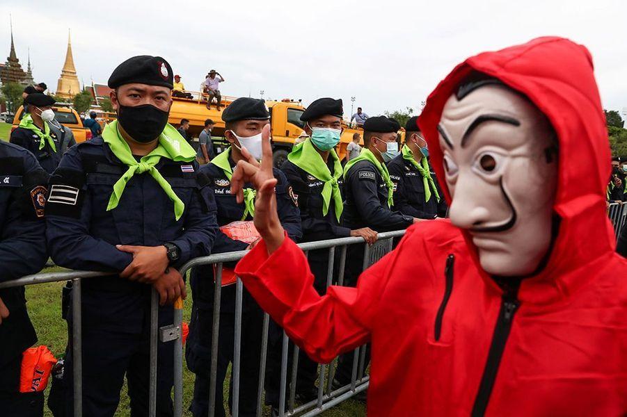 Des milliers de jeunes ont commencé à manifester samedi à Bangkok, lançant une mobilisation de deux jours qui s'annonce massive contre le gouvernement... et la monarchie.