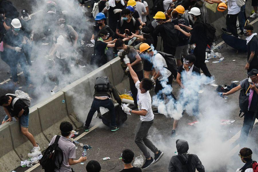 Affrontements entre manifestants et policiers à Hong Kong, le 12 juin 2019.