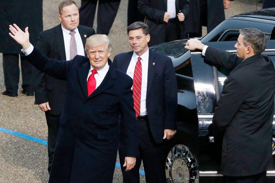 Donald Trump sort de la limousine présidentielle.