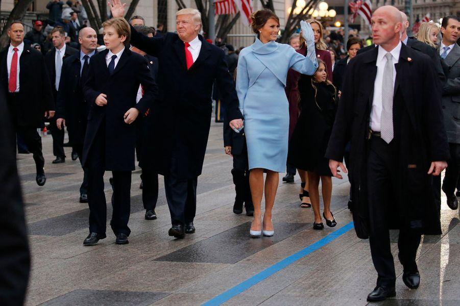 Donald Trump salue ses supporterslors de la parade sur Pennsylvania Avenue, vendredi à Washington, avant de rallier la Maison Blanche.