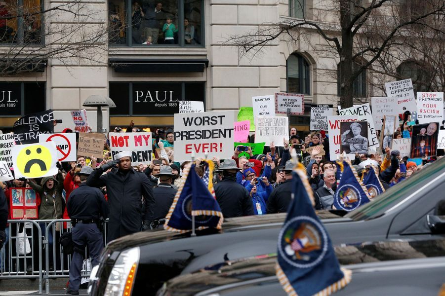 Des opposants à Donald Trump ont protesté lors du passage du convoi présidentiel.