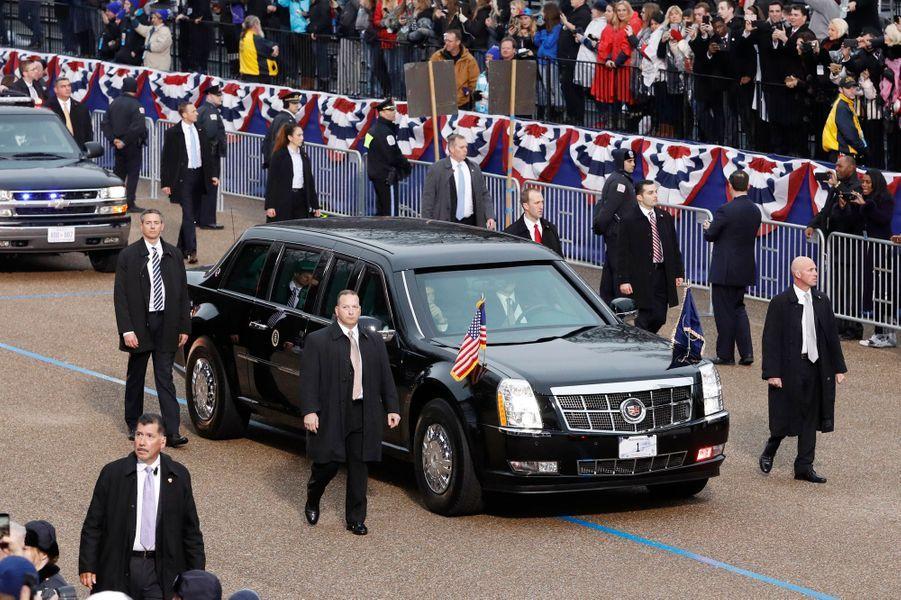 La limousine au pas.
