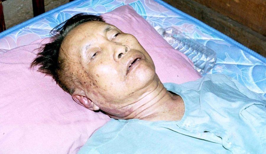 Condamné à une peine d'emprisonnement à perpétuité par ses anciens soutiens khmers rouges, le génocidaire trouve la mort alors qu'il a assigné à résidence le 15 avril 1998, officiellement d'une crise cardiaque. Son corps sera incinéré au milieu des ordures.