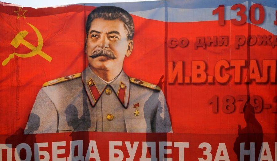 Le président russe meurt d'une attaque cérébrale le 5 mars 1953. Ses funérailles quatre jours plus tard provoqueront des bousculades mortelles parmi la foule rassemblée à Moscou.