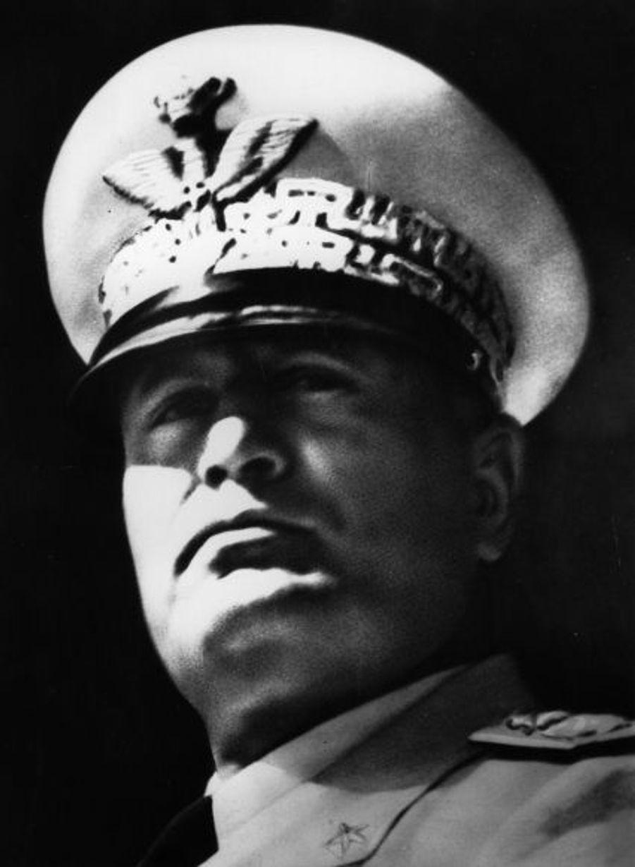 Le 27 avril 1945, Benito Mussolini, en fuite, est reconnu par un résistant italien et arrêté. Il sera fusillé trois jours plus tard en compagnie de sa maitresse Clara Petacci, sur ordre du comité de libération national. Son corps sera ensuite rapatrié à Milan et exhibé à la colère du peuple place Loreto.