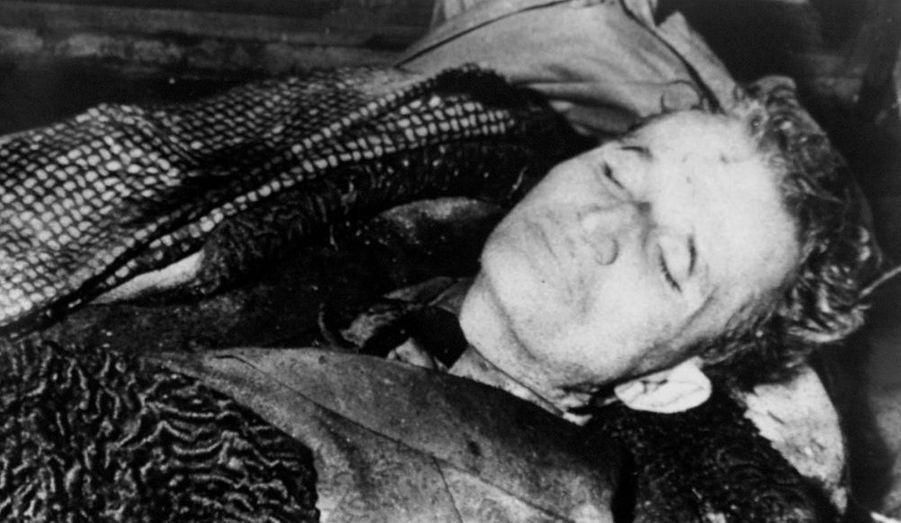 Arrêté alors qu'il tentait de prendre la fuite en compagnie de son épouse Elena Petruscu, le dictateur roumain est condamné à mort par un tribunal populaire pour crimes contre l'humanité le 25 décembre 1989. Ils seront exécutés le jour même à Târgoviște.