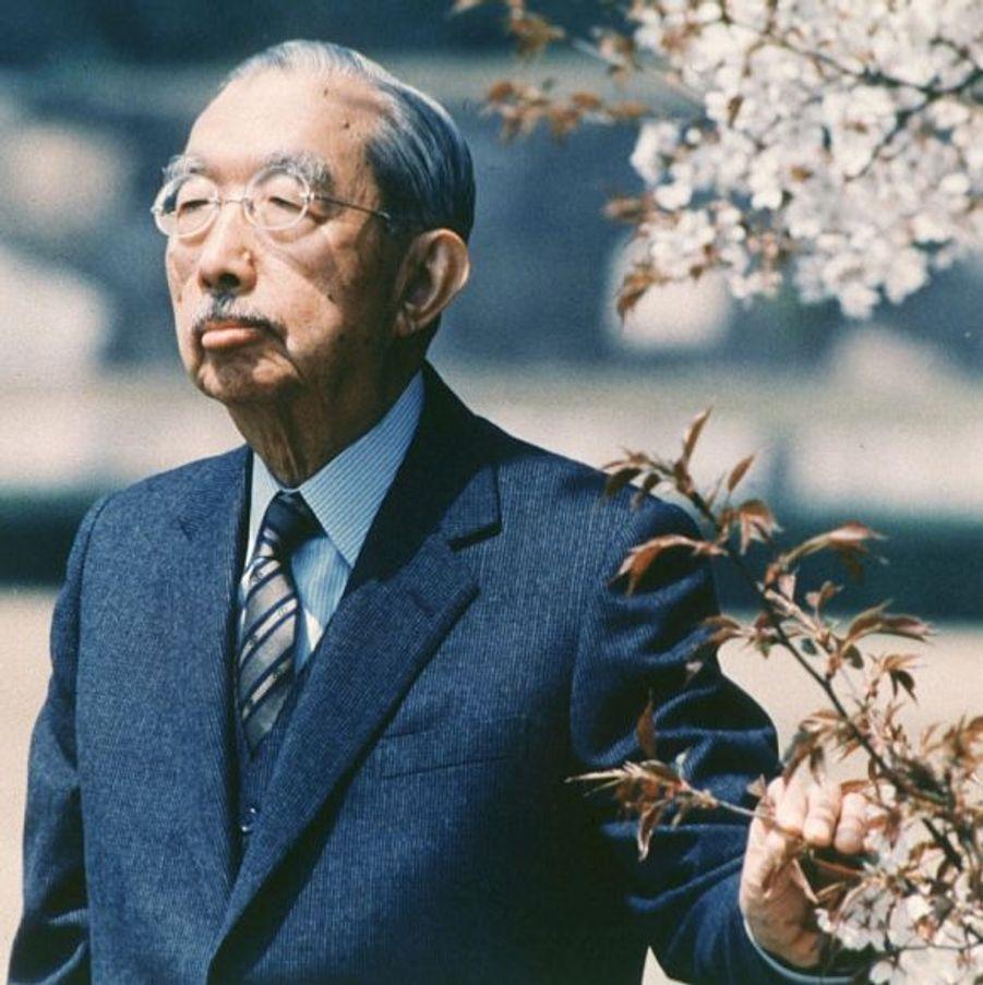 Après la capitulation totale du Japon le 14 août 1945, l'empereur Hiro-Hito n'a plus de pouvoir, bien qu'il continue de régner officiellement sur l'archipel nippon jusqu'à sa mort, le 7 janvier 1989.