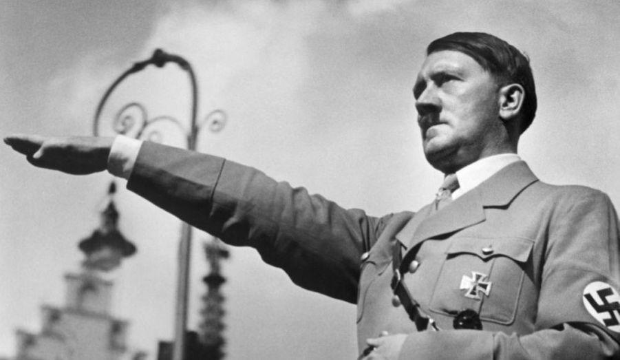 Le 30 avril 1945, le leader du movement nazi se suicide dans son bunker berlinois en compagnie d'Eva Braun. Son corps sera incinéré suivant ses instructions. Le lendemain, Joseph Goebbels l'imite, avec son épouse Magda, après avoir empoisonné leurs six enfants.
