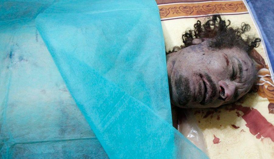 La confusion règne encore sur les circonstances de la mort du Guide de la révolution, capturé vivant à Syrte, puis mort quelques minutes plus tard. Le Conseil national de transition a expliqué qu'il avait été touché par balles lors d'une fusillade avec des soldats fidèles à Mouammar Kadhafi, mais la version officielle est fortement sujette à caution.