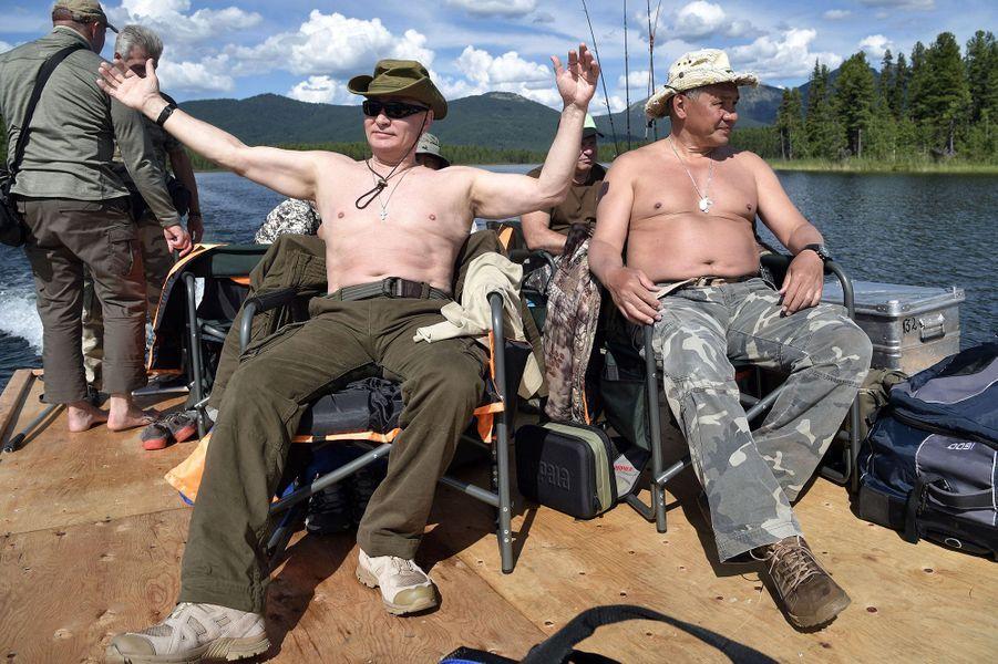 Vladimir Poutine avec son ministre de la Défense Sergei Shoigu,en Sibérie