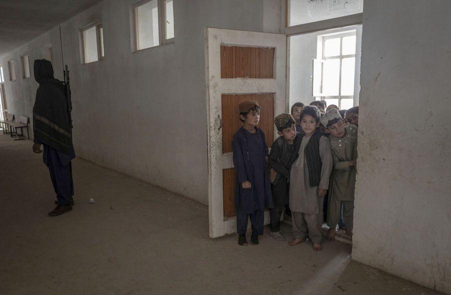 Ecoles et centre médical dirigés par les Talibans qui tiennent à montrer que dans leur territoire les infrastructures sont debout et fonctionnent.
