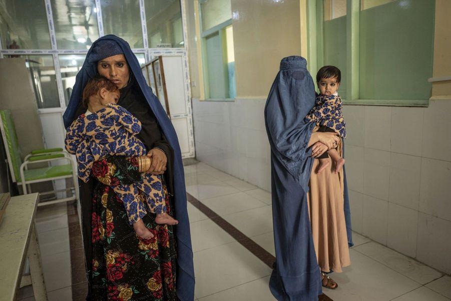 Hôpital à Jalabad dans la section de malnutrition qui connaît une recrudescence d'enfants en état d'urgence. A cause des combats, les populations sont obligées de fuir leur domicile et ne peuvent plus vivre de leurs cultures.