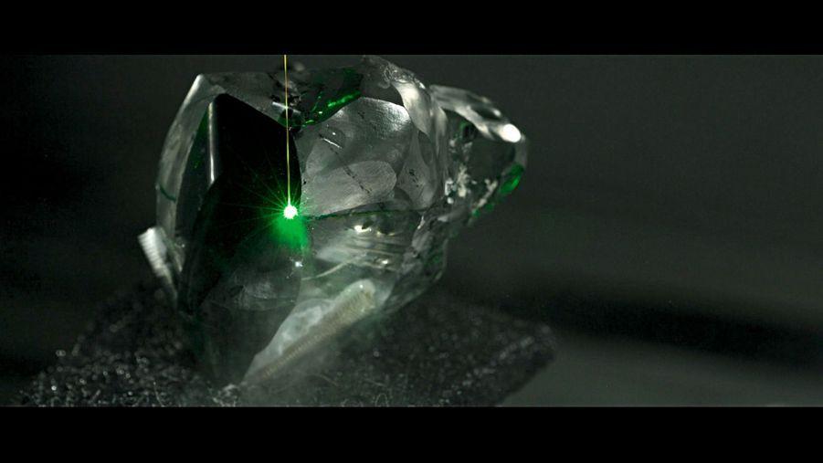 Dans les ateliers d'Anvers : seul un laser peut découper la pierre la plus dure sur Terre.