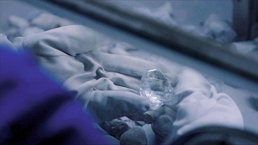 Dimanche 12 avril 2015, Tekolo tombe sur le diamant, le plus gros qu'elle ait jamais vu.