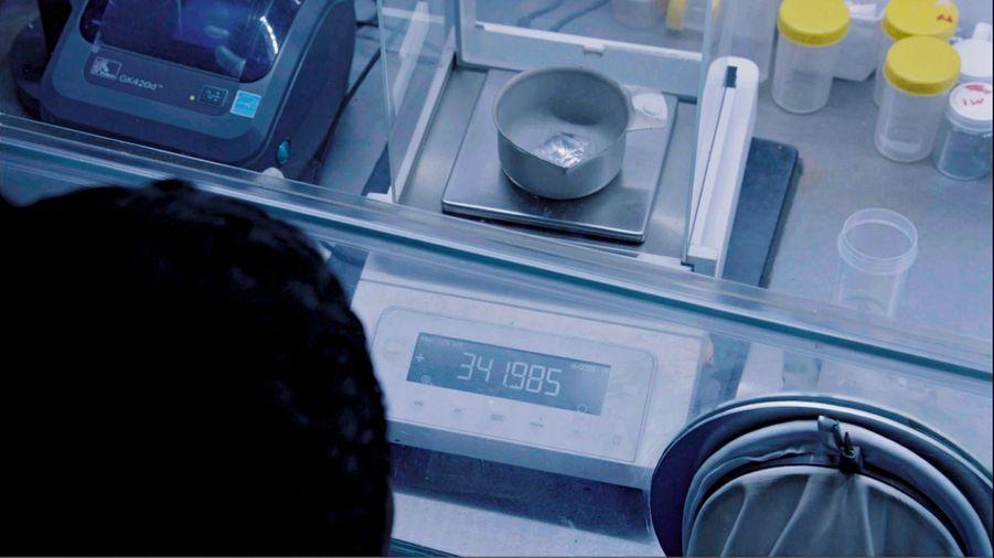 La balance, qui mesure les carats, en indique presque 342. Un carat vaut 0,2 gramme.