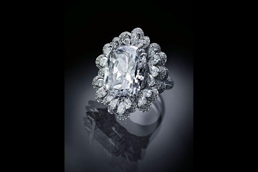 Bagues avec un diamant taille coussin de 20 carats. La collection comporte une autre bague, un bracelet manchette et une montre à secret.