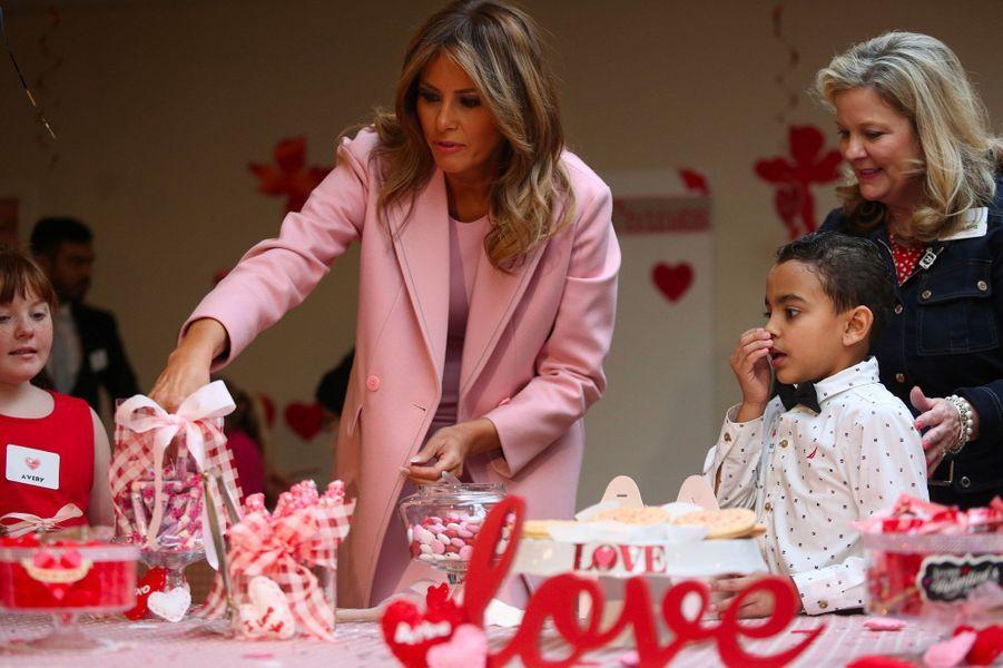 Melania Trump auprès des enfants d'un hôpital de Bethesda, dans le Maryland, jeudi 14 février.