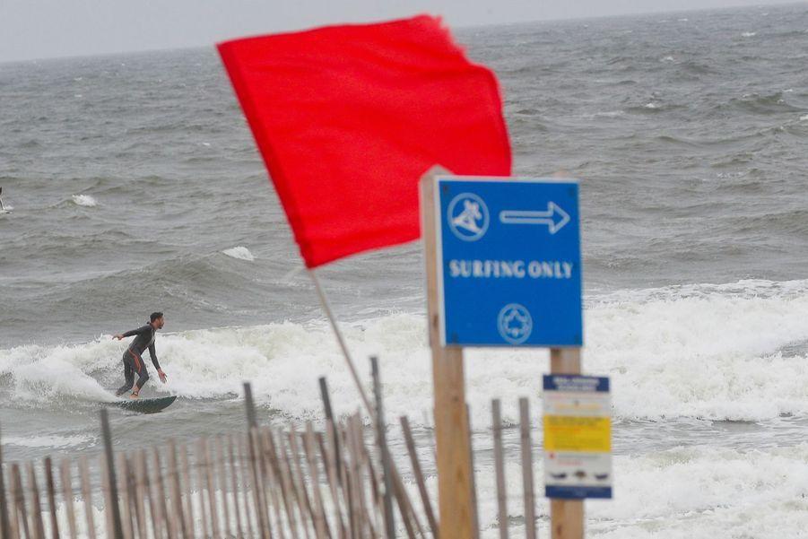 Un surfeur au large de la plage de Rockaway (Queens) à New York, malgré l'interdiction de baignade.