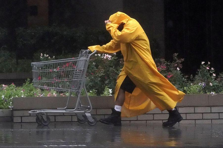 Un homme dans le quartier de Manhattan le 4 août 2020.