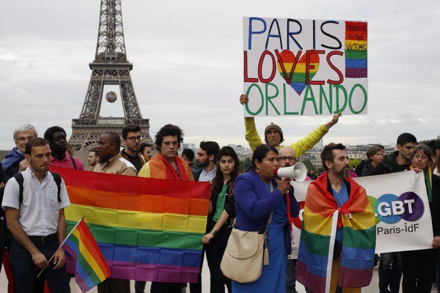 La Tour Eiffel aux couleurs de la communauté gay