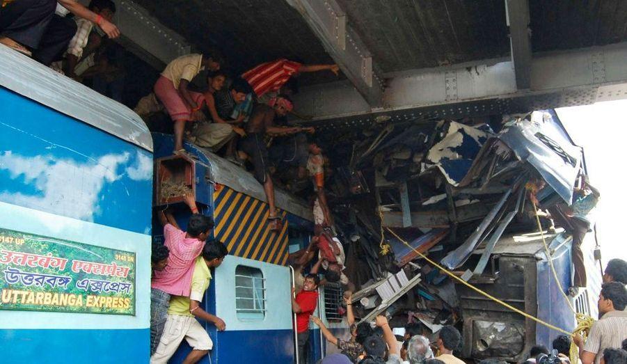 L'Uttarbanga Express a percuté de plein fouet le Vananchal Express alors qu'il quittait le quai de la gare de Sainthia, à quelque 200km au nord de Calcutta.