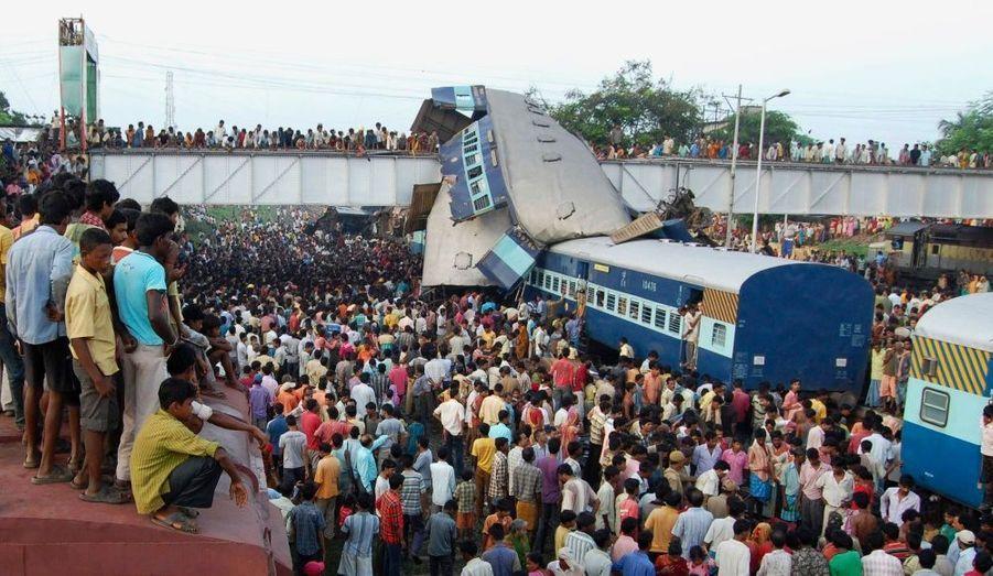 «L'impact a été tel qu'un wagon a été projeté sur un pont au-dessus de la voie», a rapporté un témoin cité par la chaîne NDTV, selon lequel l'accident s'est produit vers 02h15.