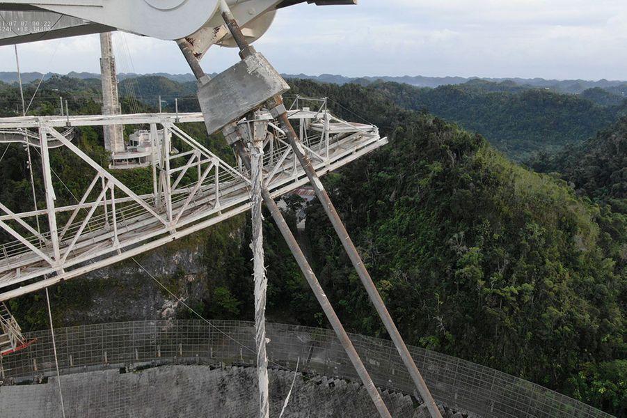 Il a été le décor de nombreux films dont «GoldenEye» : letéléscope géant d'Arecibo de Porto Rico va être démantelée, en raison de sa vétusté avancée.