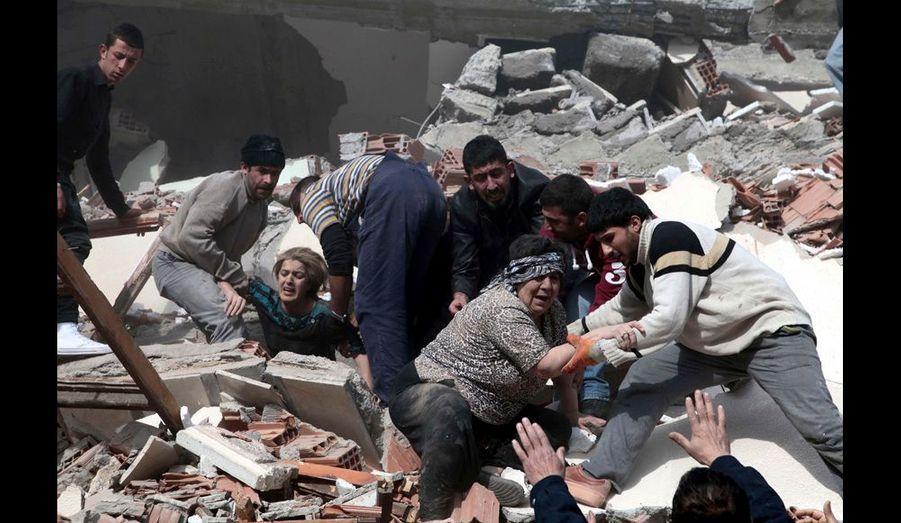 Des survivants sont extraits des décombres
