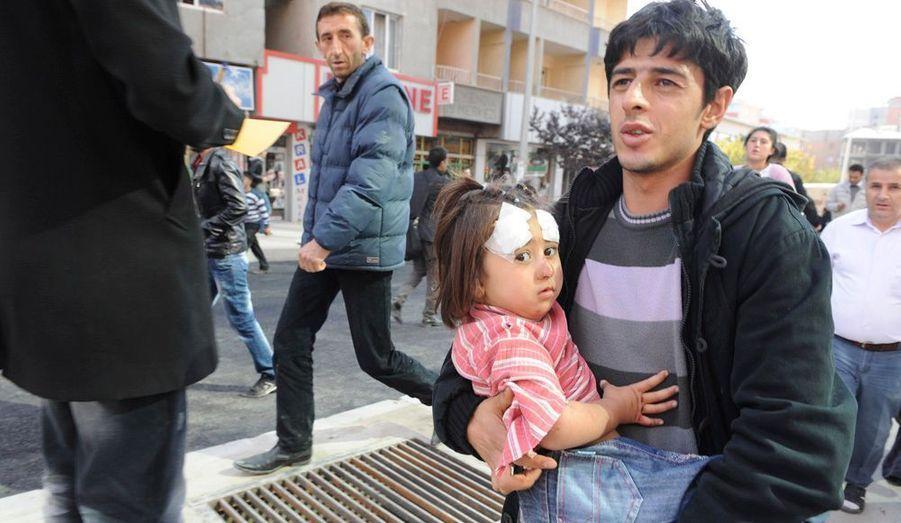 De 500 à 1000 morts: tel est le premier et lourd bilan du tremblement de terre qui vient de frapper l'est de l'Anatolie, à 35 kilomètres au nord-est de la ville de Van, près de la frontière iranienne. La puissance de le secousse est estimée à 6,6 sur l'échelle de Richter.