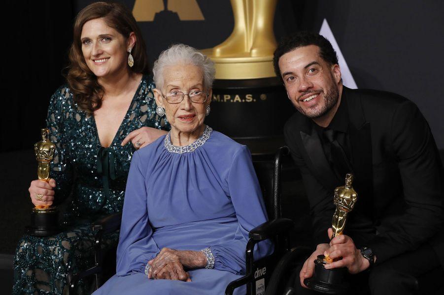 Katherine Johnson avecCaroline Waterlow etEzra Edelman, après leur avoir remis l'Oscar du meilleur documentaire, en février 2017.