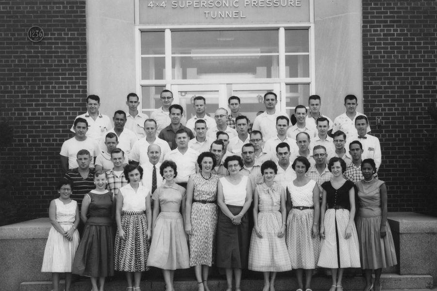 Mary Jackson, au premier rang à droite, parmi l'équipe travaillant sur la soufflerie de la Nasa.