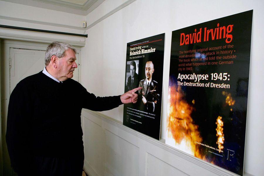 David Irving devant les couvertures de ses livres, en octobre 2007.