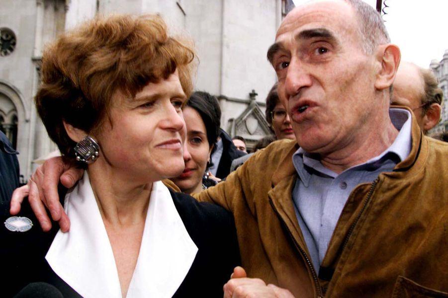 Deborah Lipstadt à la sortie du tribunal après sa victoire, en avril 2000.