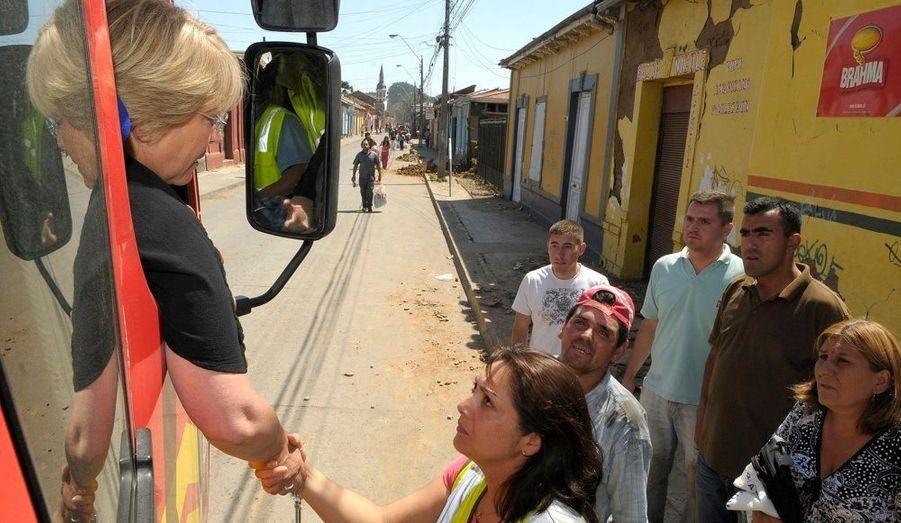 Michelle Bachelet, la présidente du Chili, est immédiatement rentrée à Santiago. Elle a rassuré la population par des interventions télévisées.