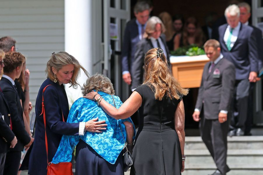 Courtney Kennedy Hill, la mère de Saoirse Kennedy Hill, entourée de Maria Shriver et Sydney Lawford McKelvy, lundi, lors des obsèques à Centerville.