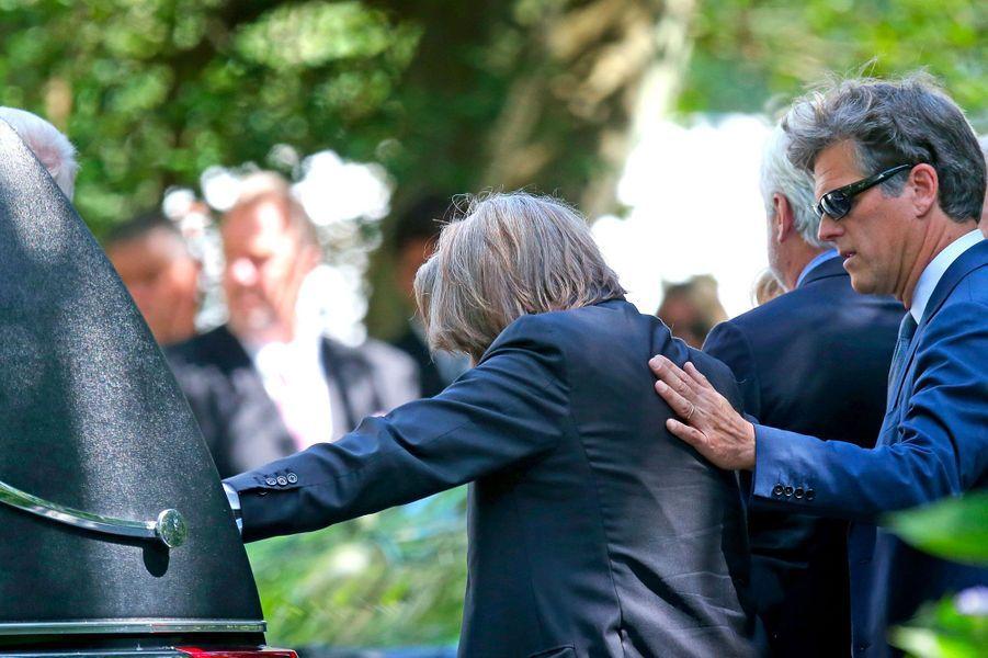 Paul Michael Hill, accablé par le chagrin, lors des obsèques de sa fille Saoirse Kennedy Hill, lundi à Centerville.