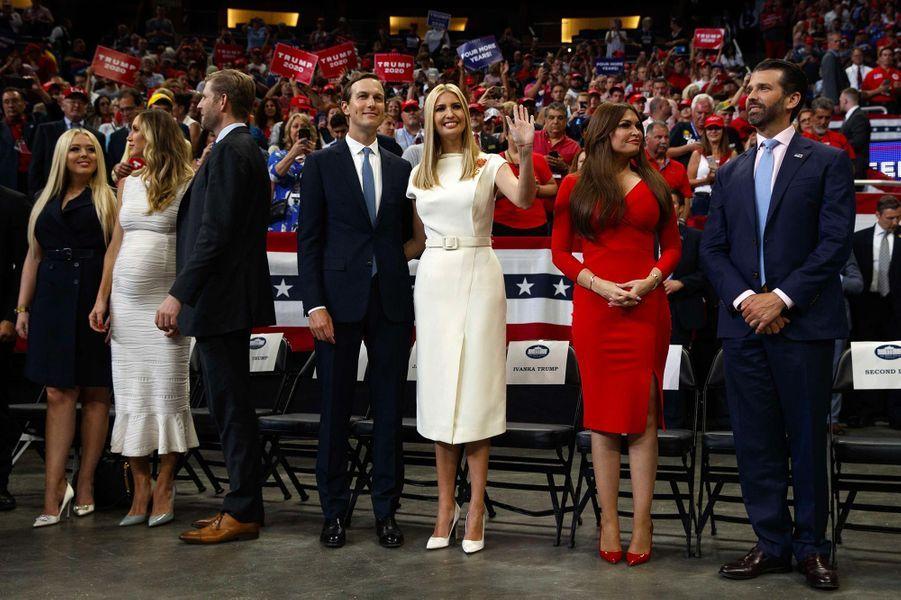 Michael Boulos, Tiffany Trump, Lara Trump, Eric Trump, Jared Kushner, Ivanka Trump, Kimberly Guilfoyle et Donald Trump Jrlors d'un meeting à Orlando, en Floride, le 18 juin 2019.