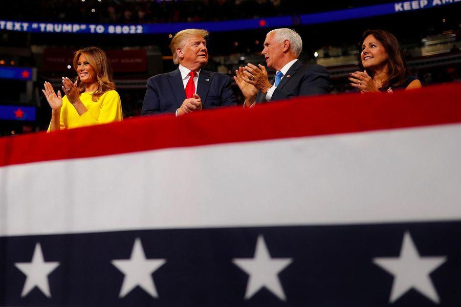 Donald et Melania Trump avec Mike et Karen Pence lors d'un meeting à Orlando, en Floride, le 18 juin 2019.