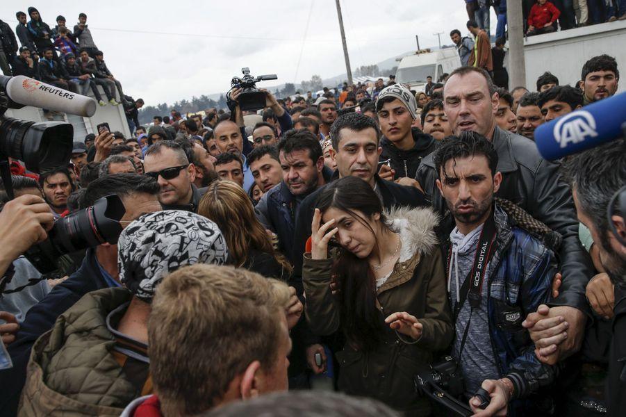 Nadia Murad parle avec des migrants à Idomeni, à la frontière entre la Grèce et la Macédoine, en avril 2016.