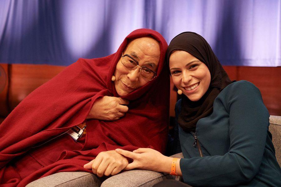 """Le Dalaï-lama en compagnie de Alaa Murabit, (Fondatrice de The Voice of Libyan Women).Cela se déroule dans le cadre d'une table ronde """"perspectives from spiritual and religious traditions"""" à Bruxelles le 10 septembre lors de la conférence Mind & life intitulée """"Power and care"""""""