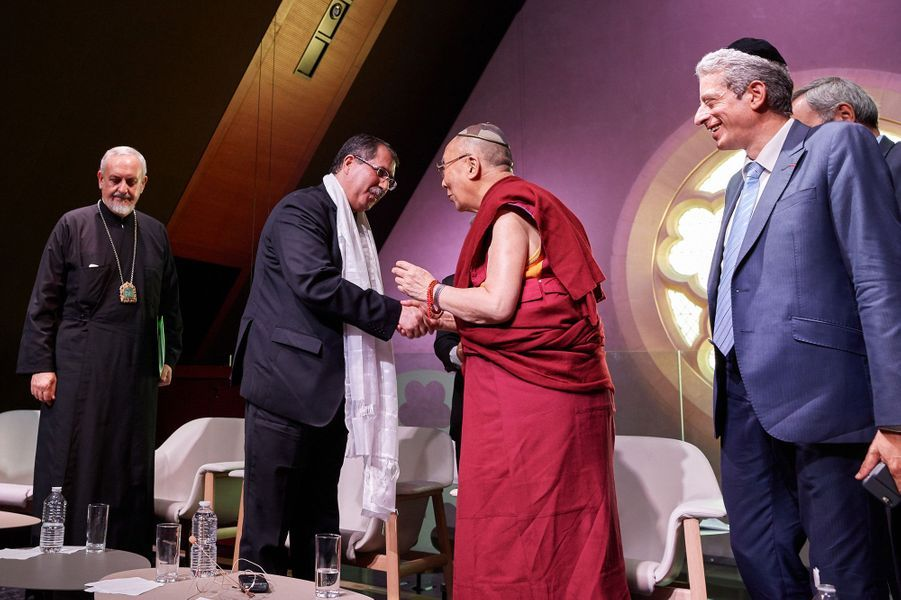 Rencontre inter-religieuse aux Bernardins, à Paris. Le Dalaï-lama remet une écharpe à M. Anouar Kbibech, Président du Conseil Français du Culte Musulman.