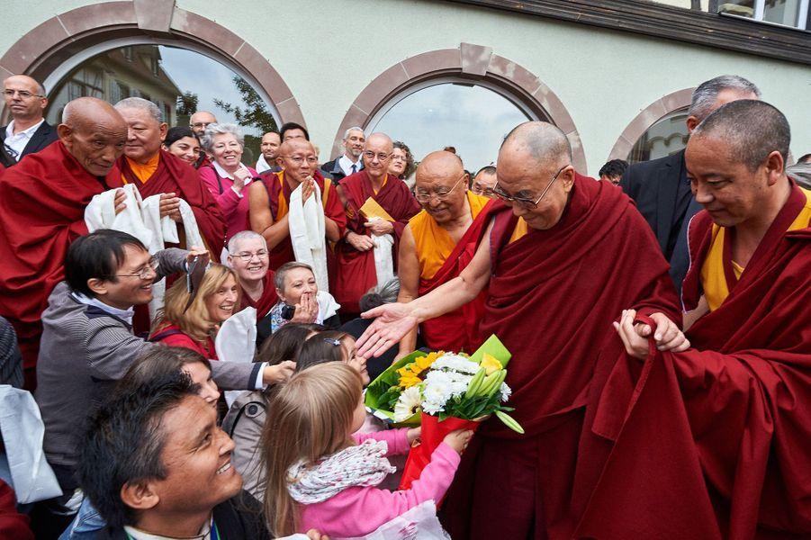 Les bénévoles attendent le départ du Dalaï-lama devant son hôtel à Strasbourg.